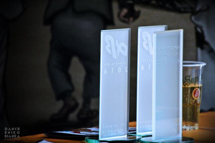 alfabéta-díj szobor